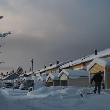 Lugareños retirando nieve